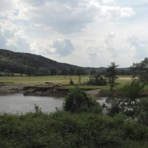 Nach dem Hochwasser an der Freiberger Mulde, ausgedehnte Kies- und Sandflächen und neue Steilufer.